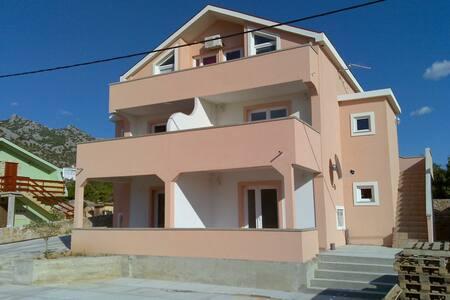 Apartmani Leona withs sea view. - Karlobag - Apartmen