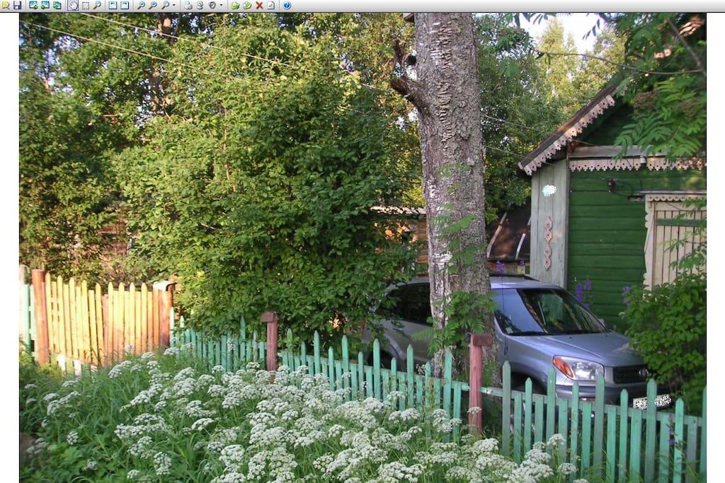 Перед домом площадка для парковки машины (можно двух)