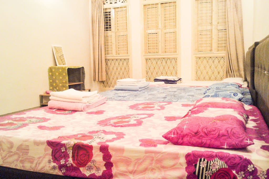 2 Queen Beds & 2 Single Beds that accommodates 6-9 person