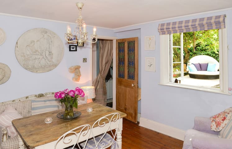ROMANTIC  3 BED COTTAGE IN CENTRE