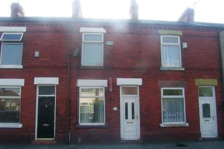 2 bedroom house in rainhill - Casa