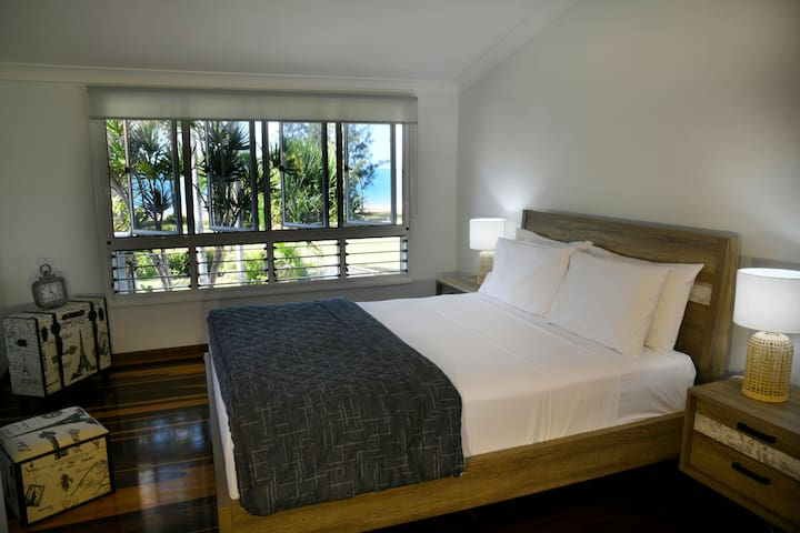 Ohana - South Mission Beach -Main bedroom - enjoy the view in bed