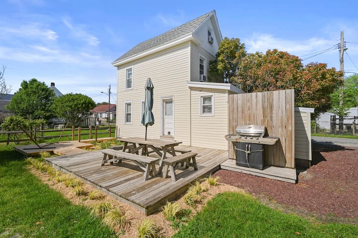 Seabattical is a charming Chincoteague Vacation Cottage in the heart of our wonderful Island. Perfect for a Romantic Getaway or a small Family, and close to everywhere you want to be!