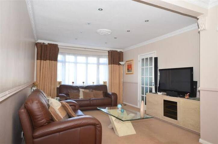 VERY MODERN CLEAN SEMI DETACHED - Ilford - Bed & Breakfast