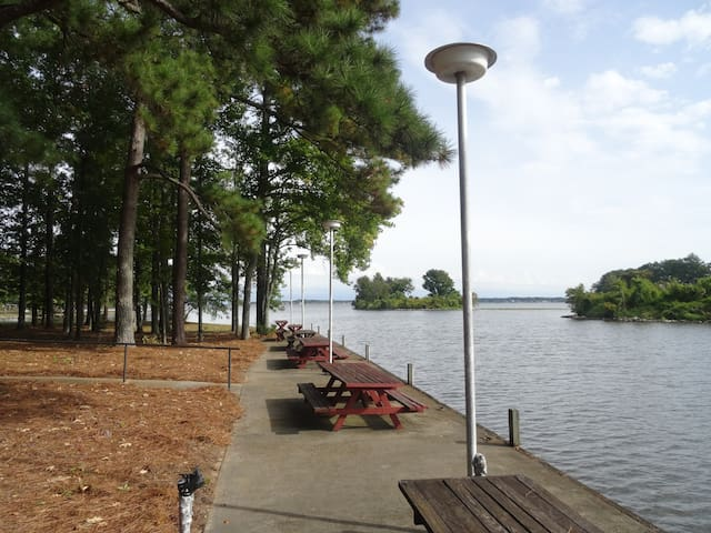 Lake house retreat ski fish relax houses for rent in for Lawrence fish house