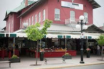 Le Saint-Francois is two steps from the public market where you will discover a wonderful selection of fine foods. In addition, many great restaurants may be found in nearby streets.
