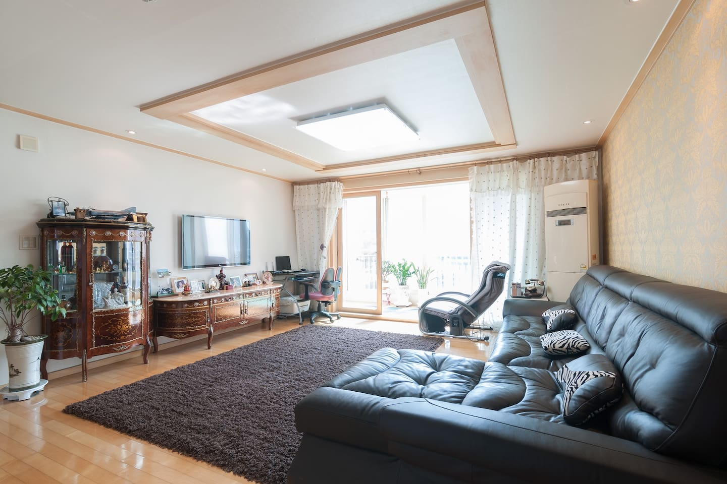 Big living room & Comfortable leather couch