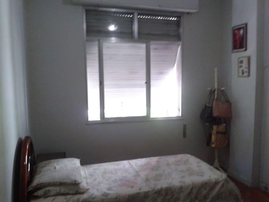 Quarto 1 com armários e cama de casal ou solteiro.