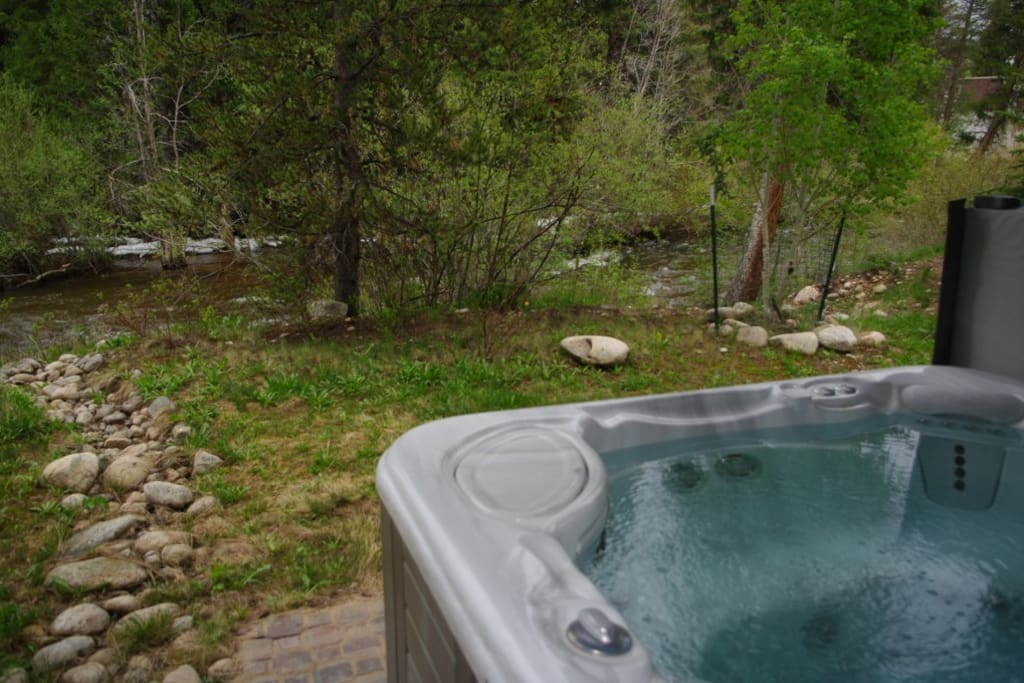 Private hot tub with unobstructed Fraser River views + sounds