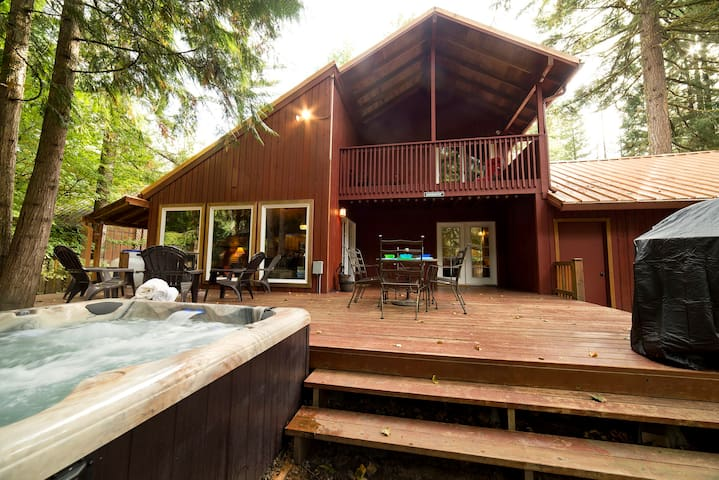 Hot tub, WIFI, xbox360, game room.  Walk to River