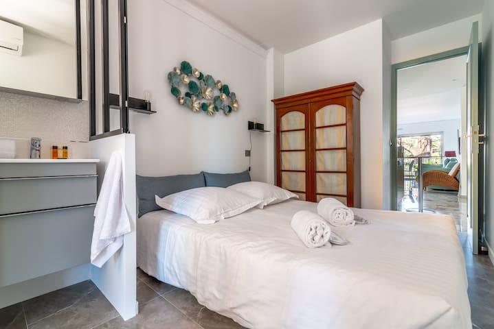Chambre 3 donnant sur grande terrasse 20 m2 côté jardin, Ouest. Coin toilette :Douche et lavabo. Lit double neuf et confortable. Climatisation réversible