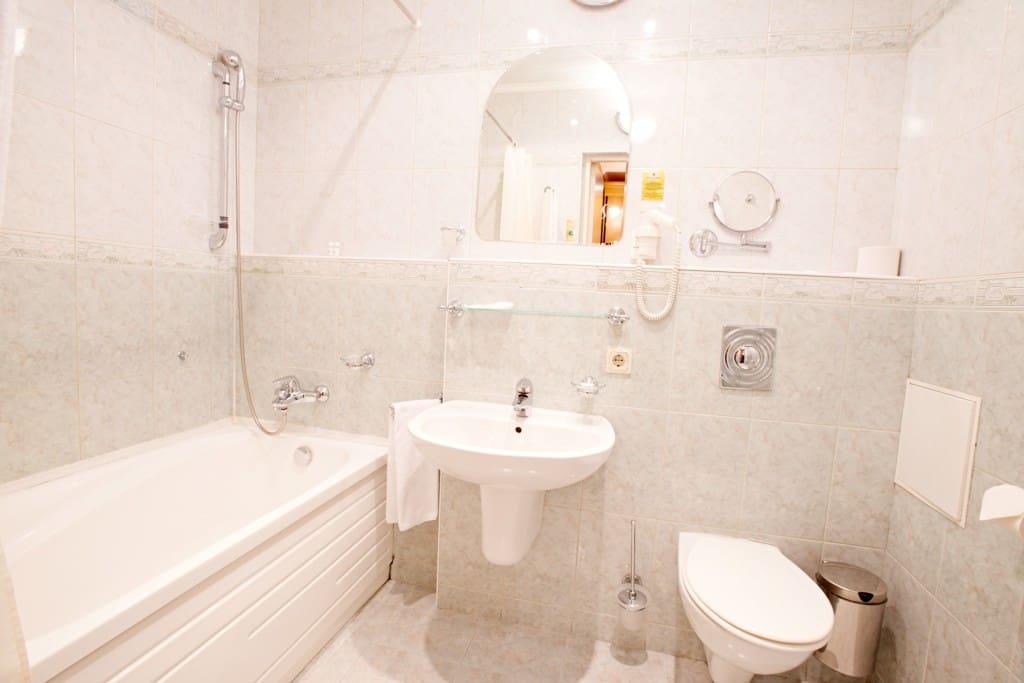 В ванной комнате: ванна; халат и тапочки; Комплект полотенец; Фен.