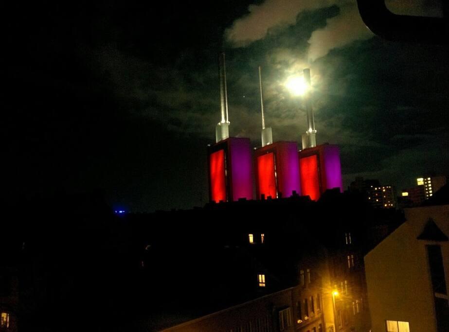 Der abendliche Ausblick aus dem Fenster (Lindener Heizkraftwerk; Wahrzeichen Lindens)