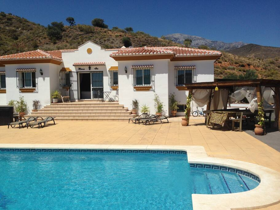 Grande piscine et grande terrasse