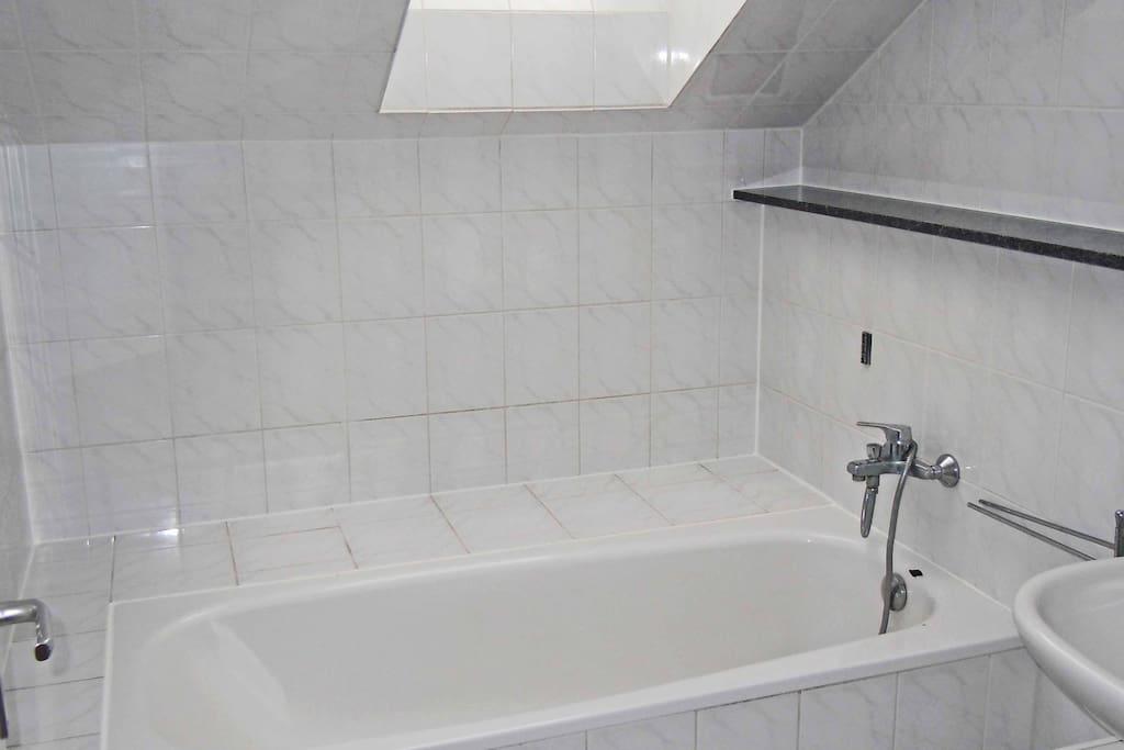 Bad mit Badewanne und Handdusche