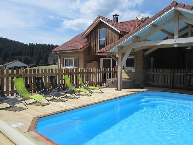 Chalet 4 15 pers piscine jacuzzis chalets for rent in for Piscine gerardmer