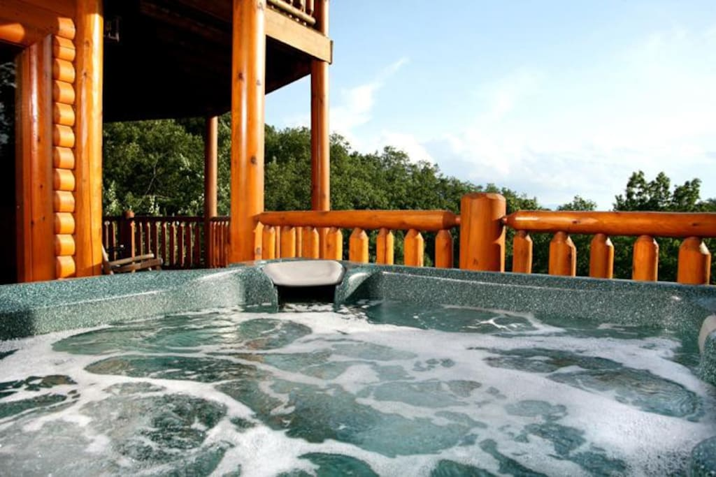 The hot tub on the downstairs deck - Up to 7 people can savor the hot tub's restorative steamy bubbles at a time. The rustling of