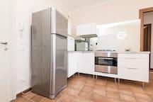 Cucina. Frigorifero, forno, lavastoviglie.