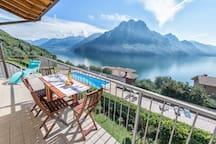 Terrazzo vista piscina e vista lago