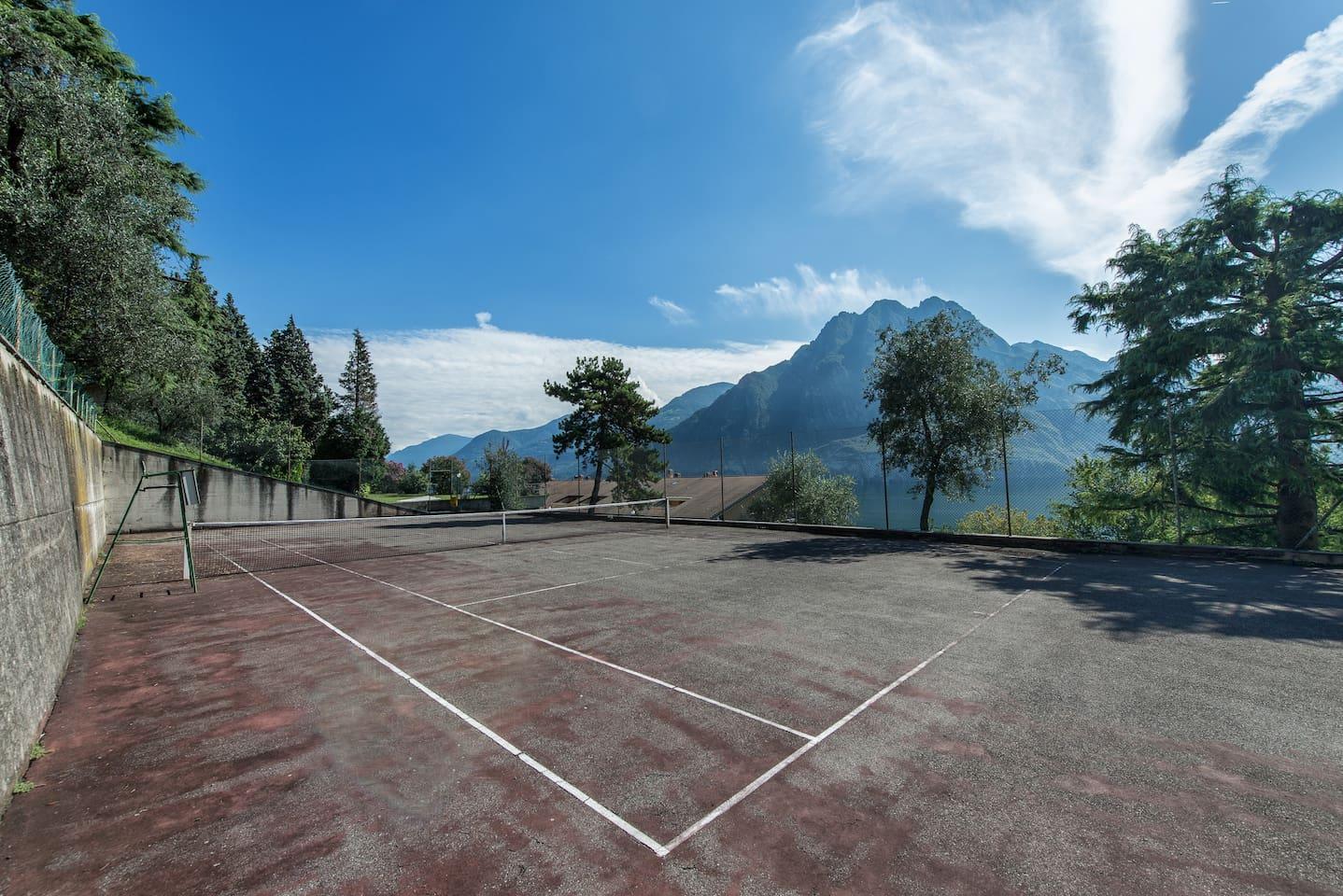 Campo da tennis con vista lago