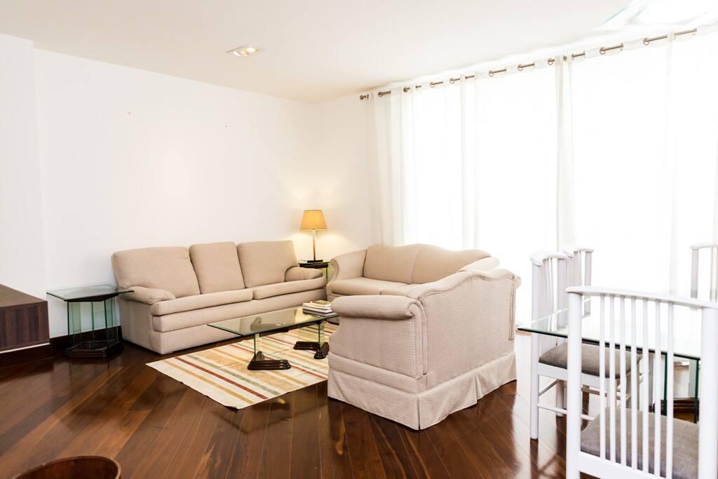 Sala com Tv e ar condicionado, integrada com a mesa de jantar com 6 lugares