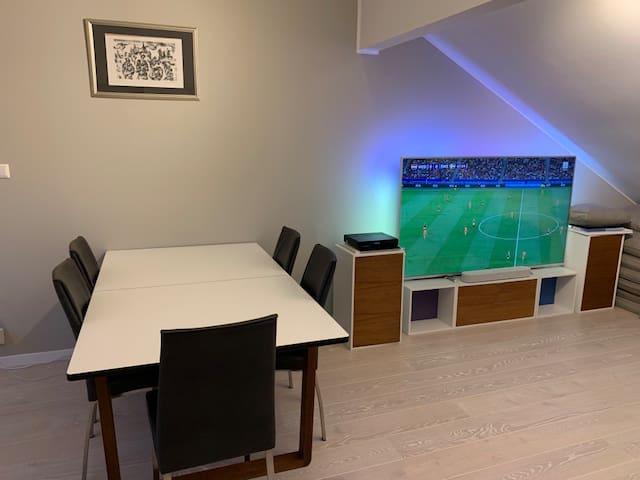 Spisebord og stor tv