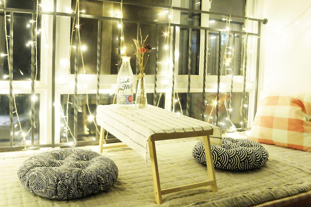 晚上坐在窗台上,开启星星小灯,看着窗台江景,夏日南京的夜晚就此来临