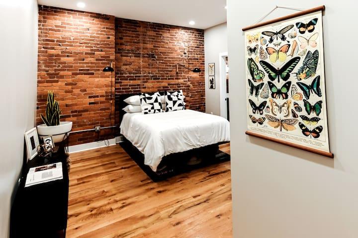 Bedroom 212 with ensuite Bath View1 / Queen Bed