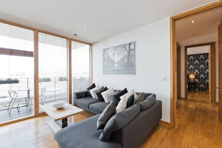 IFSC Quiet, Luxurious apartment with Balcony View