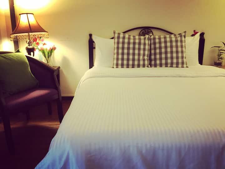 屏東微旅1F溫馨雙人床。鄰近於屏東大學〈屏商校區、民生校區〉及演藝廳之平價休憩別墅。