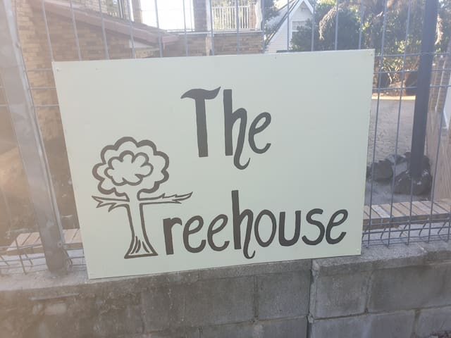 The Treehouse on Buderim..Dog Friendly.