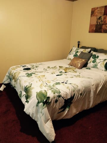 Queen bed/bath close to Springs/Hospitals/Events!
