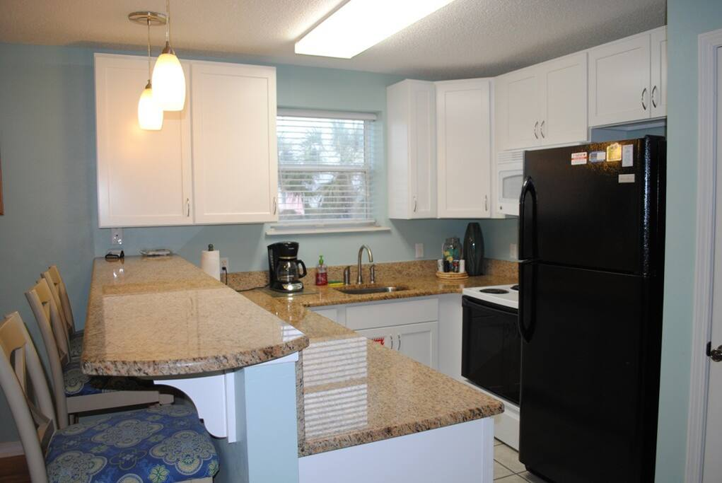 Lovely Fully-Equipped Kitchen w/ Granite Countertops