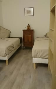 Chambre ex-hotel, 2 lits single+ sdb+wc+ cafette - Le Cannet