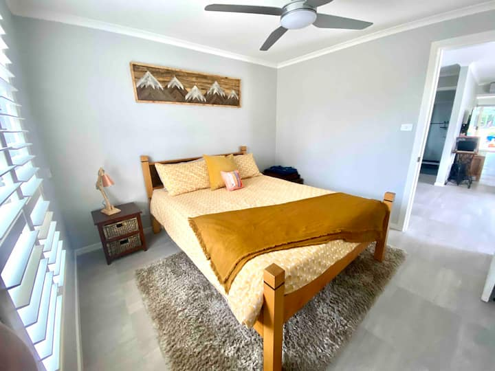 Private bed, bath & breakfast - in heart of Cooma!