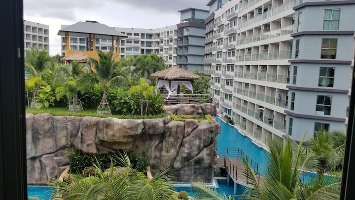 芭提雅中天海滩度假一房一厅超大家庭套房+卧室1.8米大床+游泳池+厨房冰箱+洗衣机+电视机WiFi