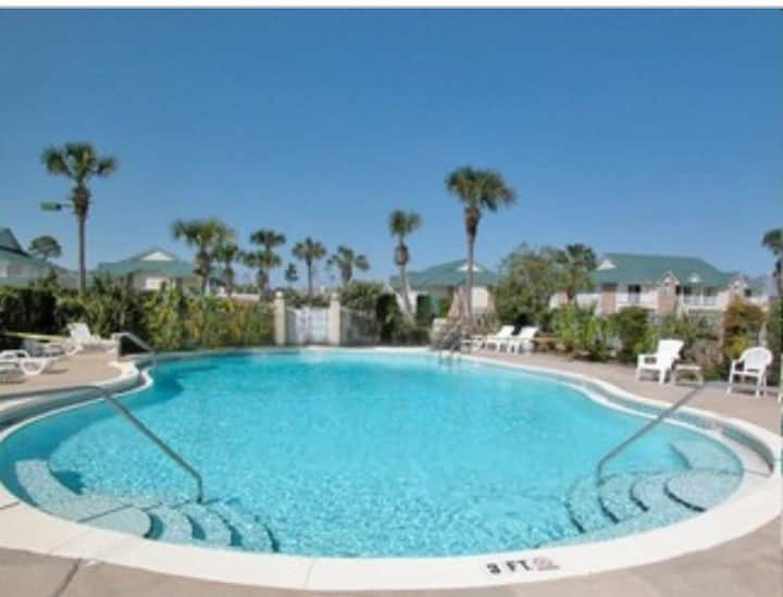 NEW Beachy Corner Apt in the Heart of Destin!