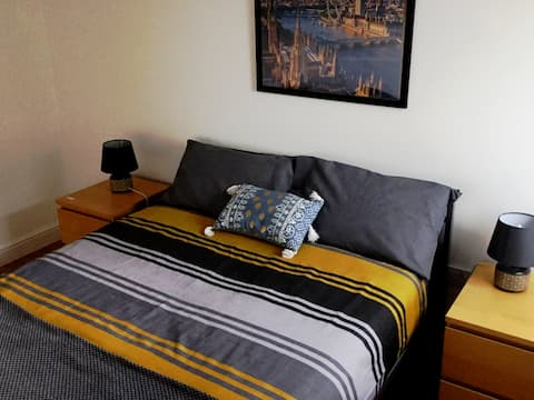 Private room near city center and Uni with parking