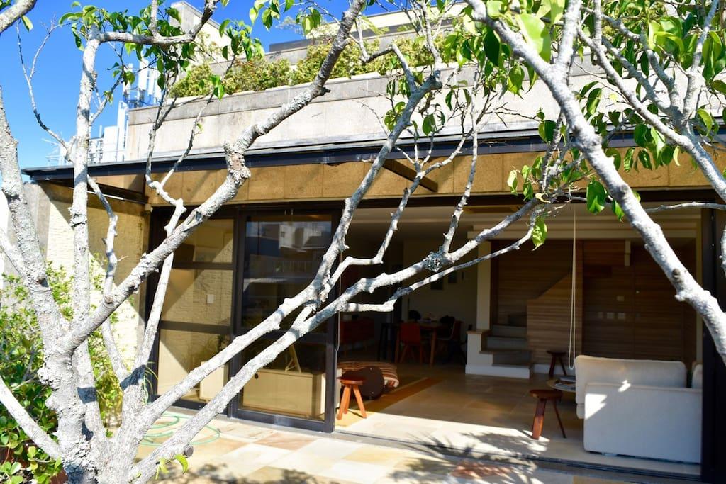 Ampla varanda arborizada