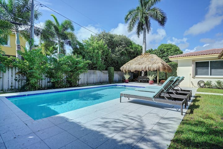 HEATED POOL!  Walk to LBTS Beach & Restaurants!
