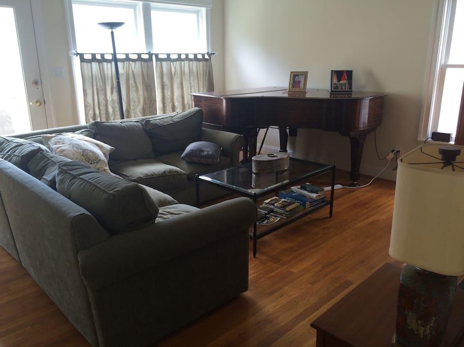 Livingroom w/piano