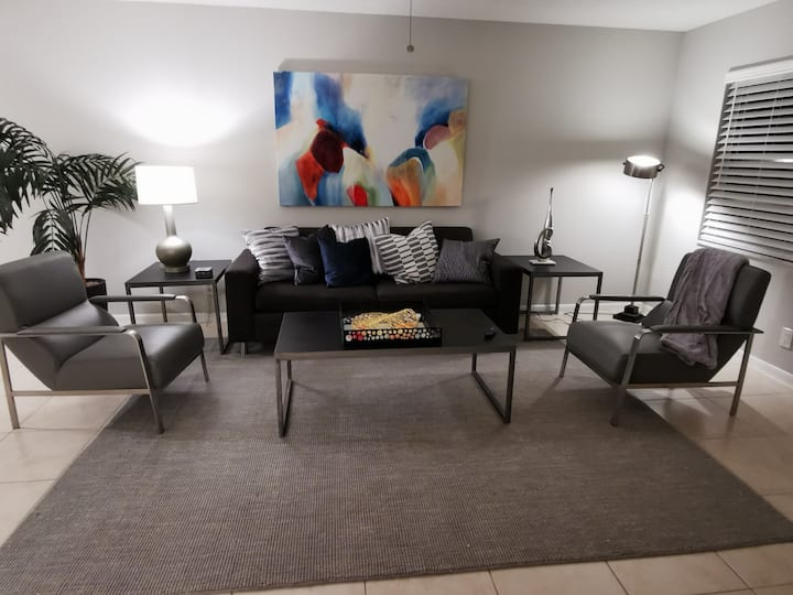 Newly Furnished,Spacious, Comfy Beds, So Florida A