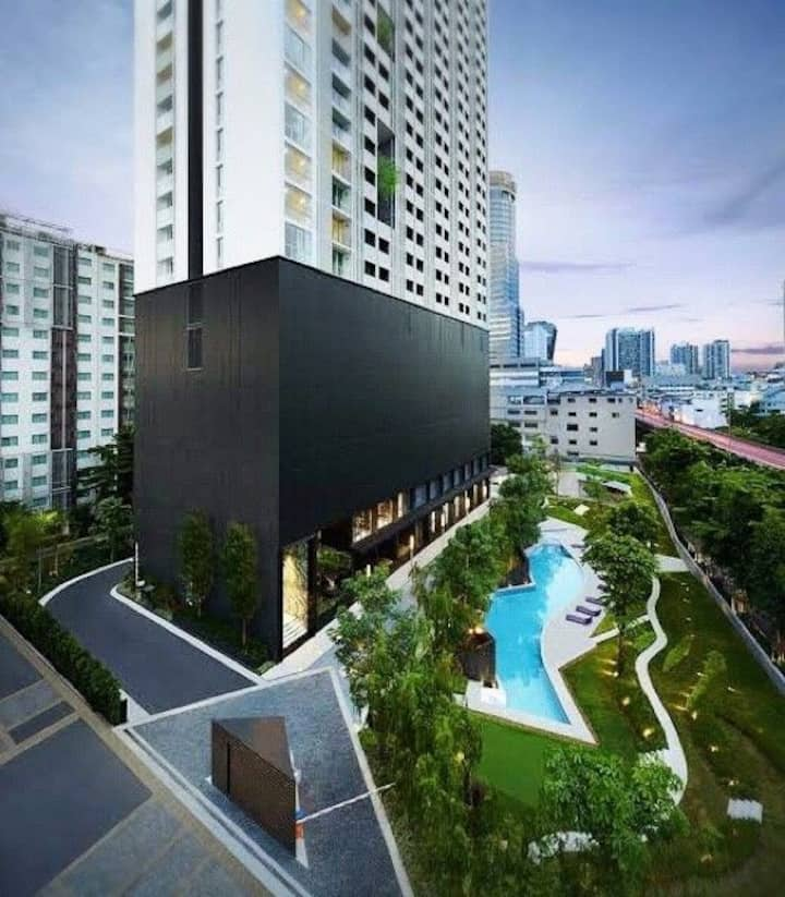 Luxurious condominium with nice view and location!