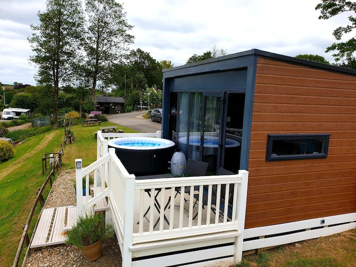 Valley View microlodge with adult only hot tub