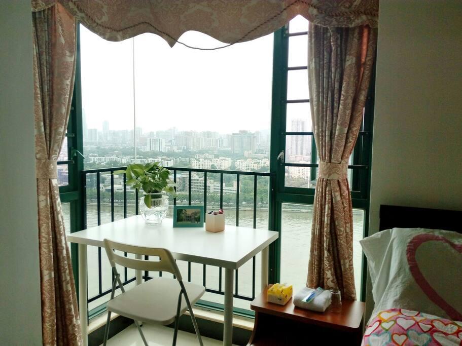 浪漫双人房…江景很美…房间内双人床(1.2米*2米)…落地大衣柜…书桌及书柜