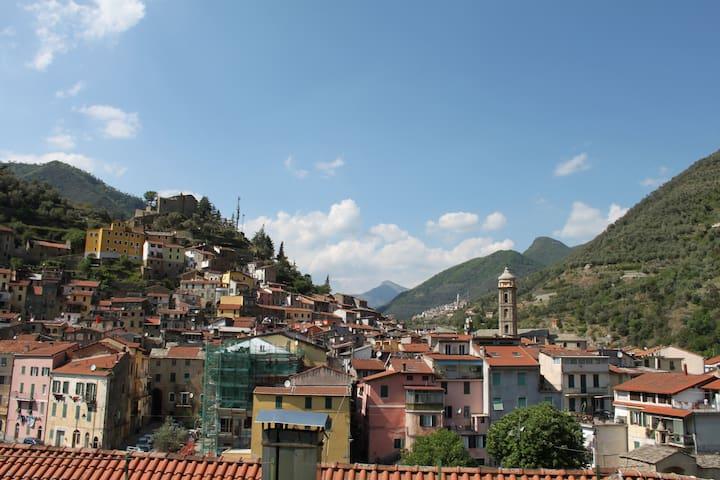 Casa della Nonna- Maison de village 10km de la mer - Badalucco - Şehir evi