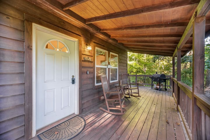 Cabin with wrap-around porch, mountain views & outdoor firepit!