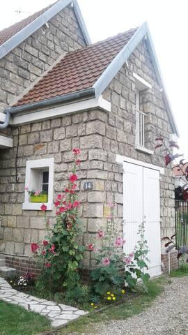 Petite chambre dans maison avec jardin