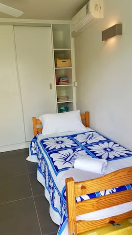 This bedroom downstairs has a single bed and a floor mattress which can be made for an 8th guest. We aslo have kids toys!