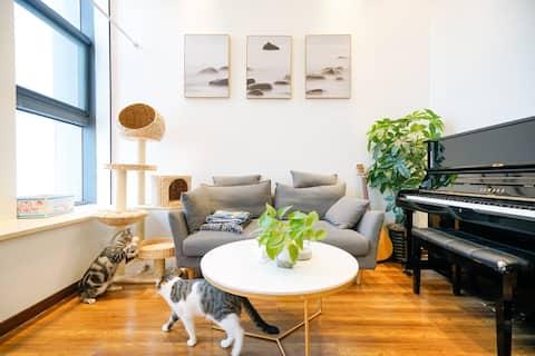 【小猫出去度假,家里没有猫的家】快来体验堕落快乐的生活吧。市中心高级loft,地铁无缝衔接哦